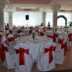 crvena dekoracija restorana za svadbe